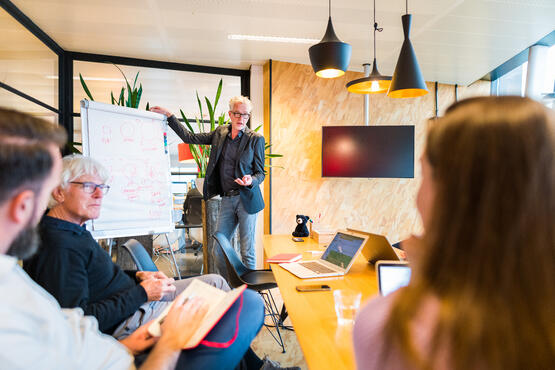 A consultant conducting a training on how to use the sales tools HubSpot offer