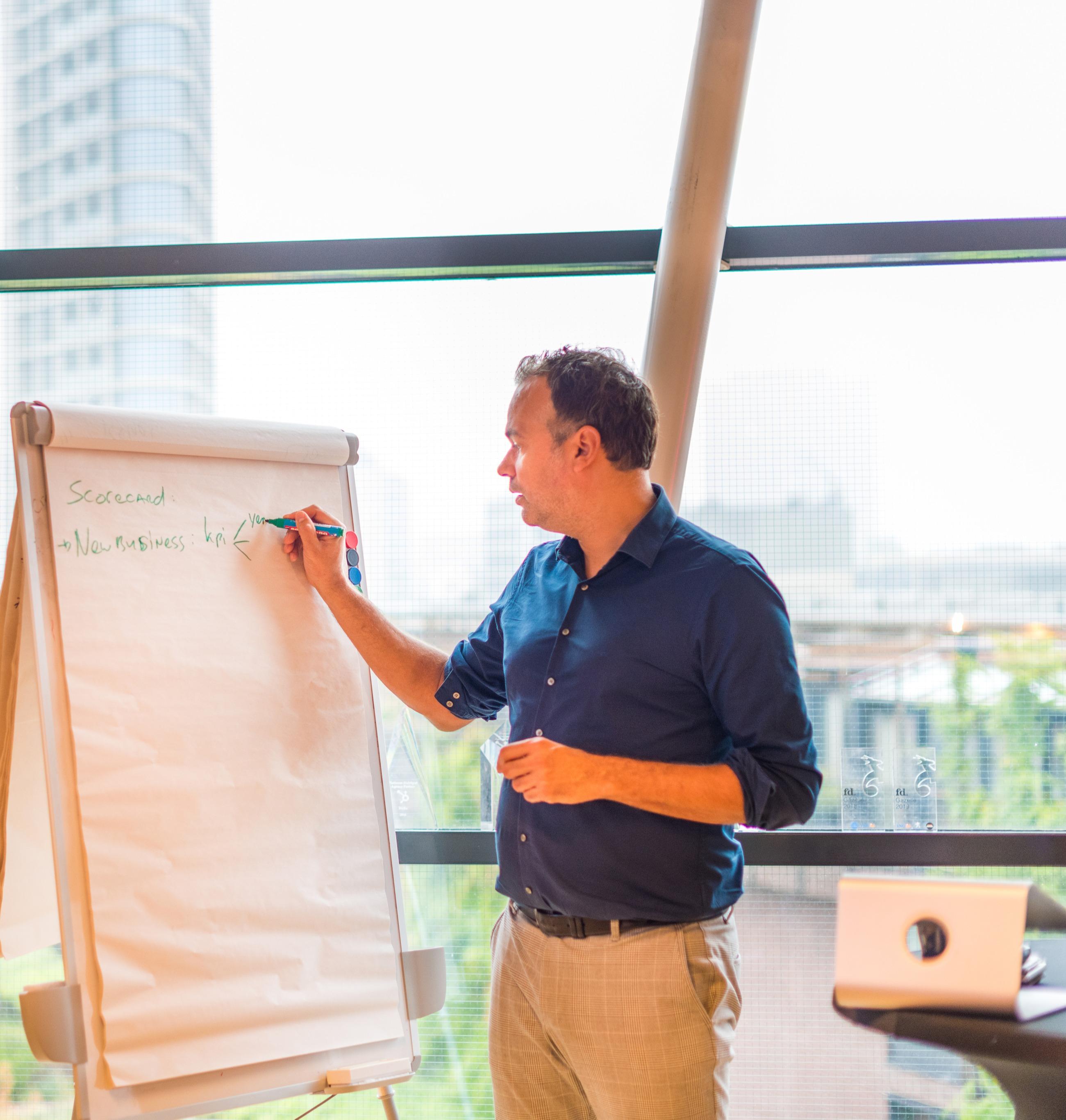 Camiel Freriks explaining a businessmodel using a whiteboard