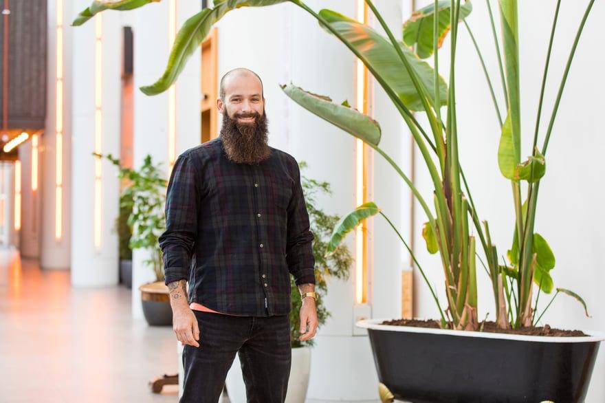 lonerooftop-daan-posing-plant-confident