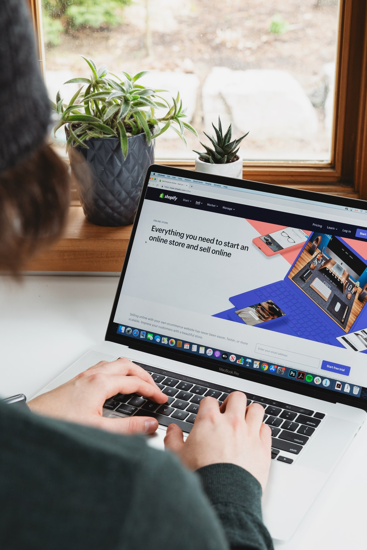 Someone who is working on a laptop, working on a websitedesign