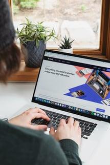 employee-working-website-macbook