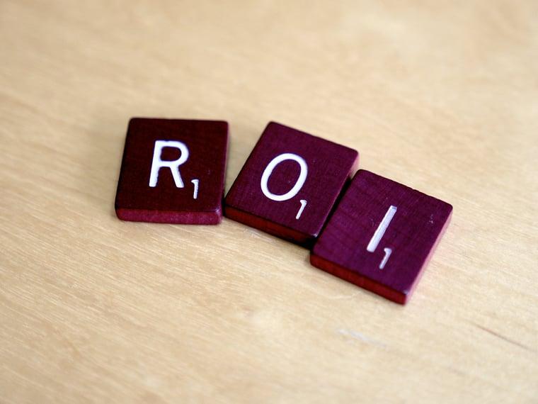 lettersteentjes die samen het woord return on investment maken